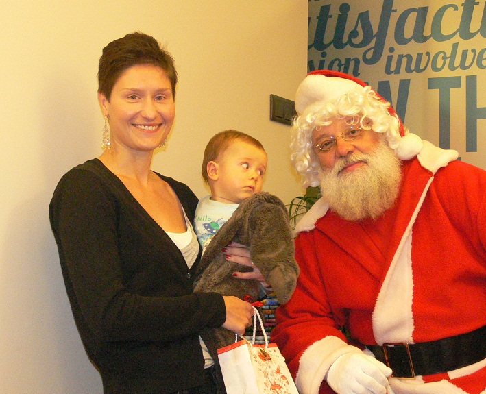 Mikołaj rozdaje prezenty w szkole The Palms nie tylko najmłodszym dzieciom